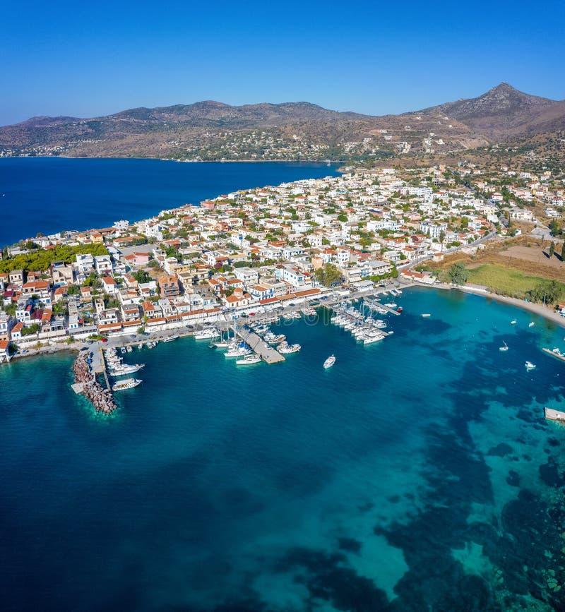 Vista panorámica del pueblo de Perdika en la isla de Aegina, Golfo Sarónico, Grecia fotos de archivo