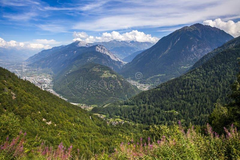 Vista panorámica del pueblo en las montañas imagen de archivo