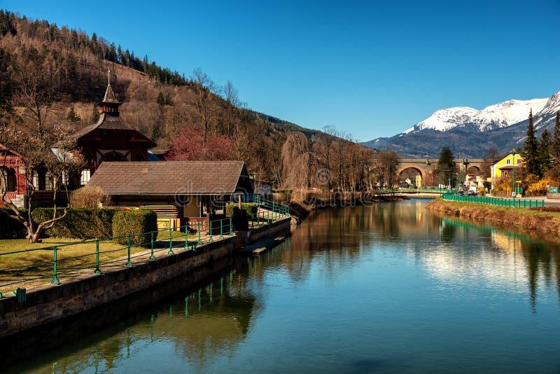 Vista panorámica del pueblo Payerbach imagen de archivo libre de regalías