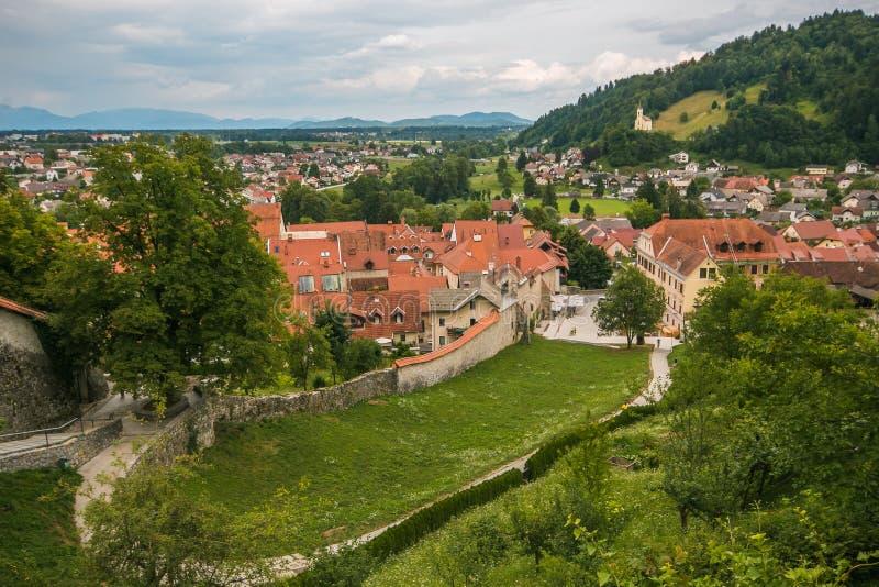 Vista panorámica del pueblo viejo de Škofja Loka en Eslovenia imagenes de archivo