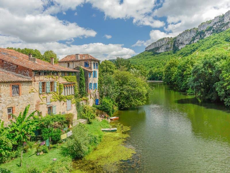 Vista panorámica del pueblo y del río imagen de archivo libre de regalías