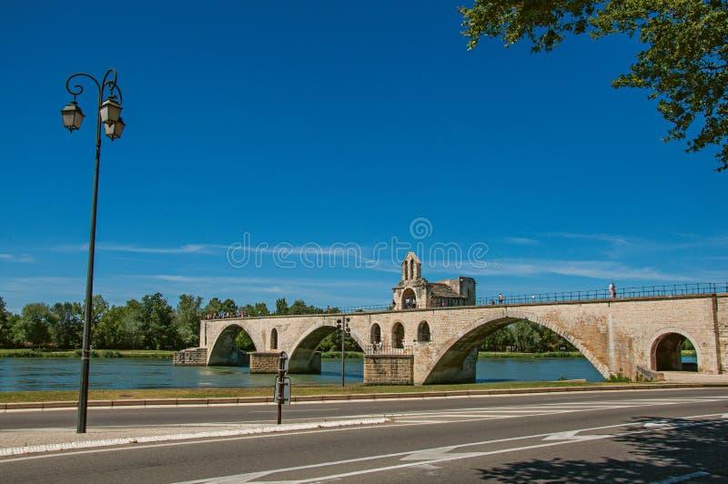 Vista panorámica del puente de Aviñón del ` de Pont d y del río Rhone en Aviñón imagen de archivo libre de regalías