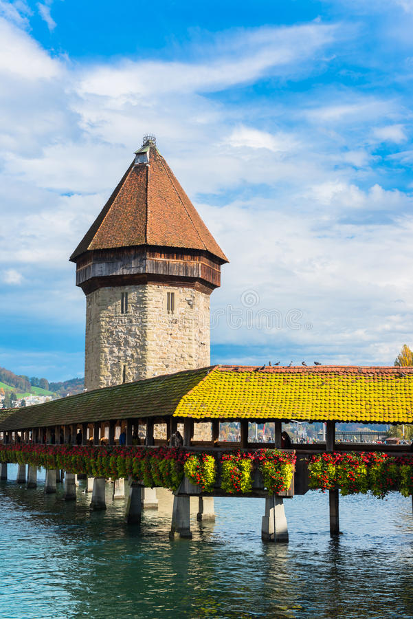 Vista panorámica del puente de madera de la capilla imagenes de archivo