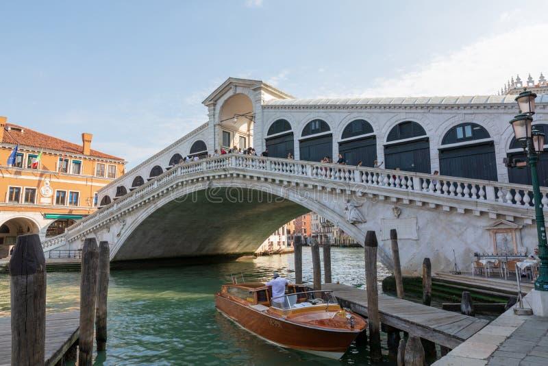 Vista panorámica del puente de Rialto (Ponte di Rialto) fotos de archivo libres de regalías