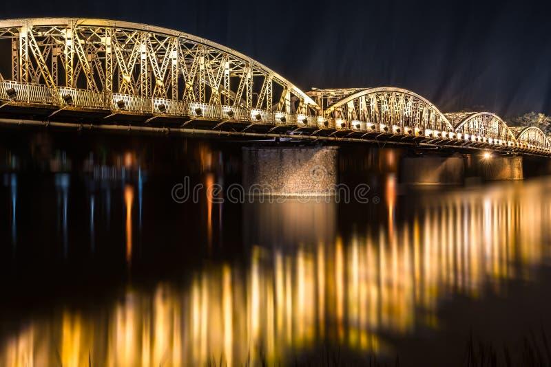 Opinión de la noche del puente de Truong Tien en tonalidad. imágenes de archivo libres de regalías