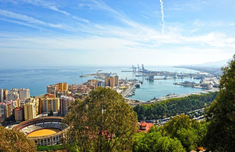 Vista panorámica del puerto de Málaga y de la plaza de toros de Malagueta, Andalucía, España fotos de archivo