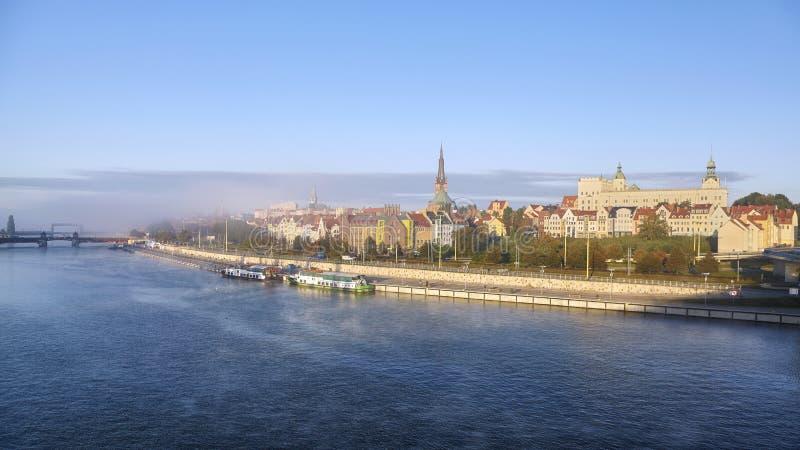 Vista panorámica del río de Odra en Szczecin, Polonia imagenes de archivo