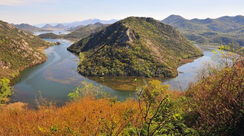 Vista panorámica del río en montañas fotografía de archivo