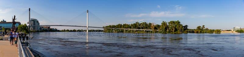 Vista panorámica del río Missouri hinchado en Omaha Riverfront que forma un mar interno foto de archivo libre de regalías