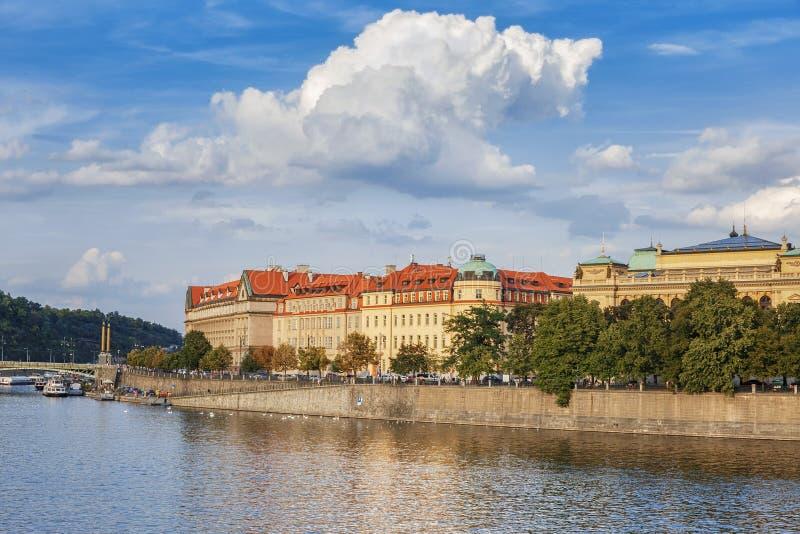 Vista panorámica del río Moldava, terraplén, puentes en la ciudad de Praga República Checa imagen de archivo libre de regalías