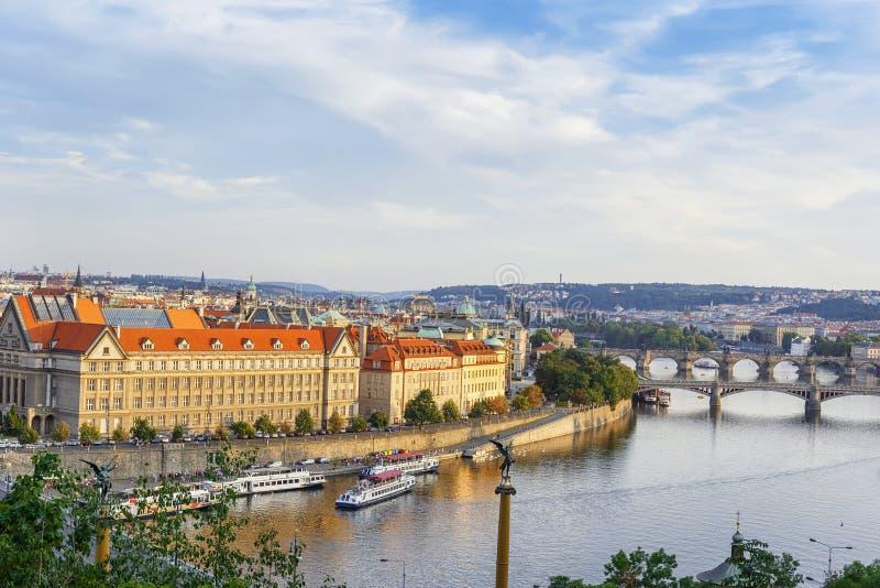 Vista panorámica del río Moldava, terraplén, puentes en la ciudad de Praga República Checa imágenes de archivo libres de regalías