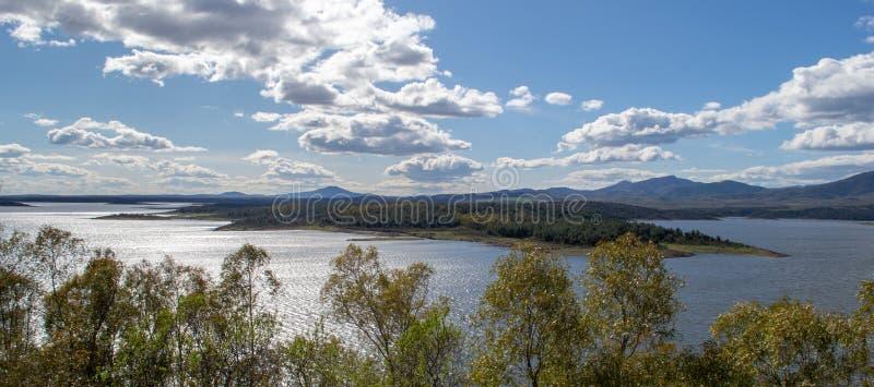 Vista panorámica del río del pueblo público de la granadilla fotos de archivo libres de regalías