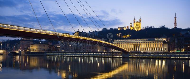 Vista panorámica del río Saone en Lyon por noche foto de archivo