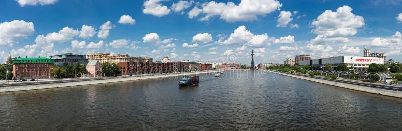 Vista panorámica del río y del monumento de Moscú a Peter la gran f foto de archivo