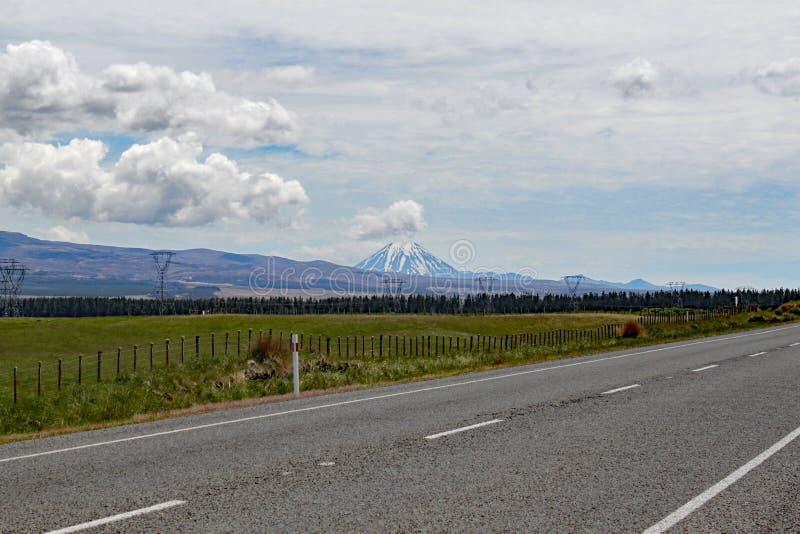 Vista panorámica del soporte Ngauruhoe en el parque nacional de Tongariro Ofreció como condenación del soporte en el señor de las imagen de archivo libre de regalías