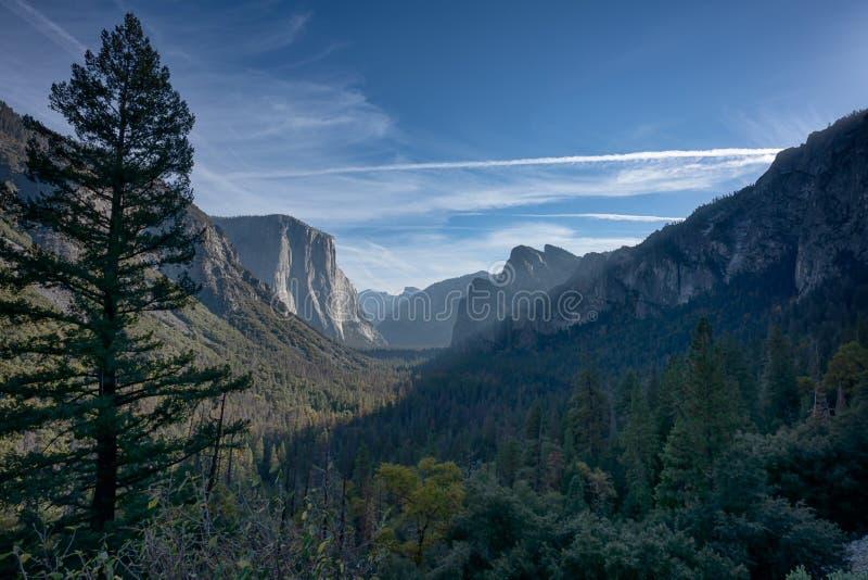 Vista panorámica del valle de Yosemite de la opinión del túnel en Yosemite N fotografía de archivo