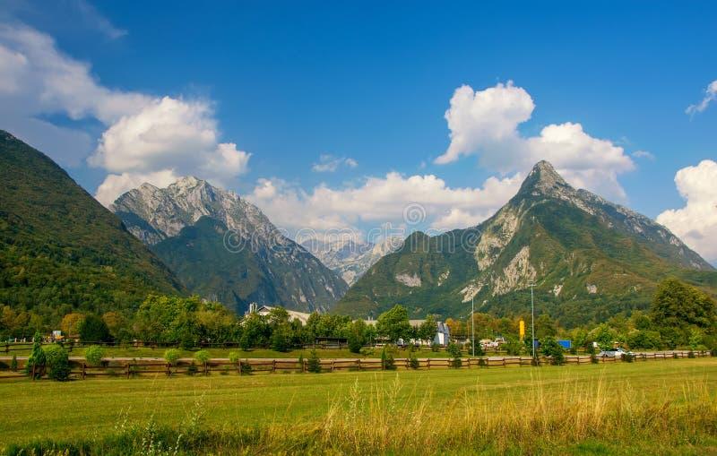 Vista panorámica del valle idílico de la montaña, Bovec, Julian Alps, Eslovenia fotografía de archivo libre de regalías