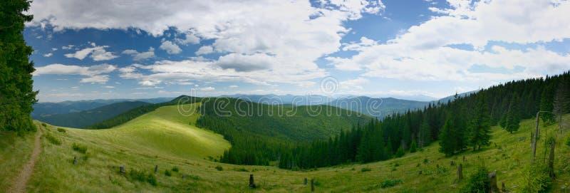 Vista panorámica del valle verde de la montaña en las montañas imagen de archivo libre de regalías