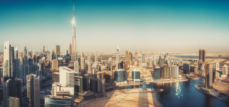 Vista panorámica escénica de la arquitectura moderna de Dubai en la puesta del sol imágenes de archivo libres de regalías