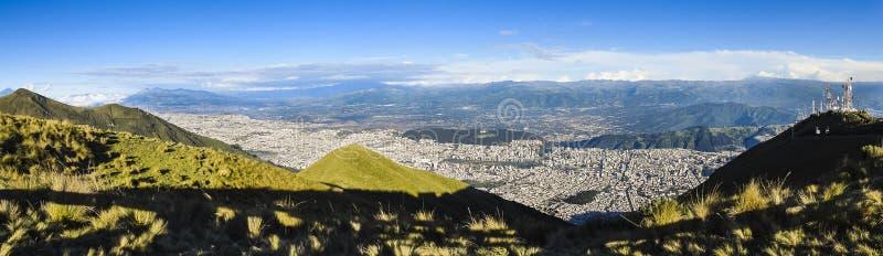 Vista panorámica grande de la ciudad de Quito, Ecuador foto de archivo libre de regalías