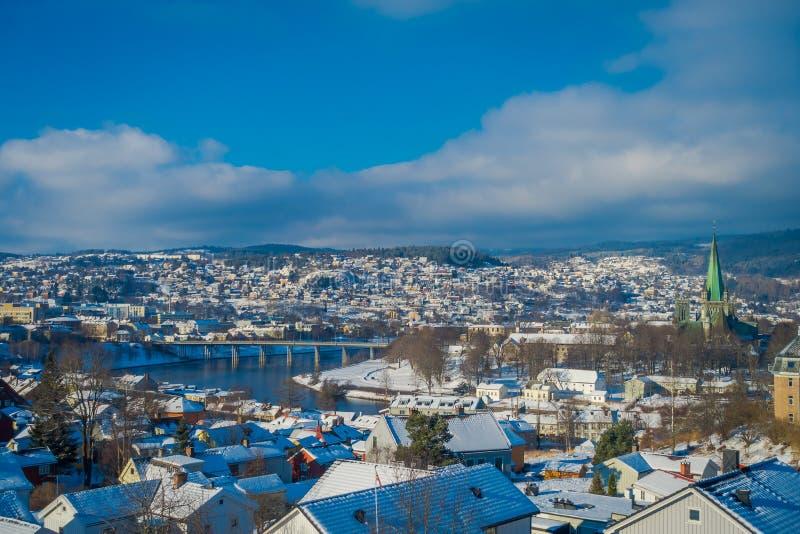 Vista panorámica hermosa de la ciudad noruega Strondheim durante el invierno fotografía de archivo