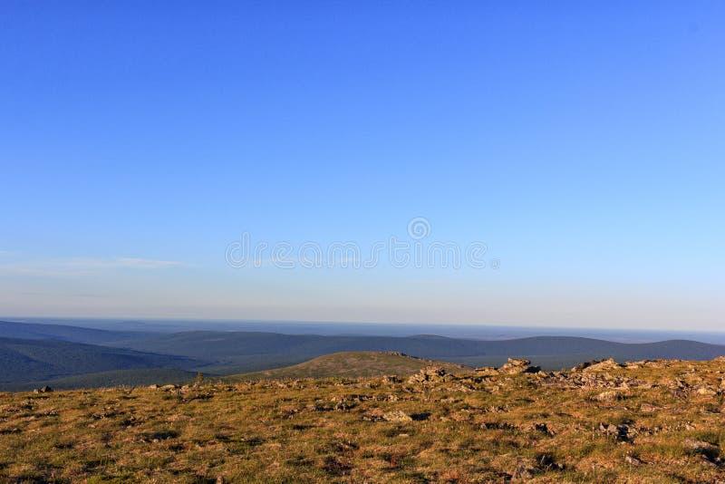 Vista panorámica hermosa de las montañas de los Urales septentrionales Naturaleza de los Urales en el verano Puesta del sol en la foto de archivo