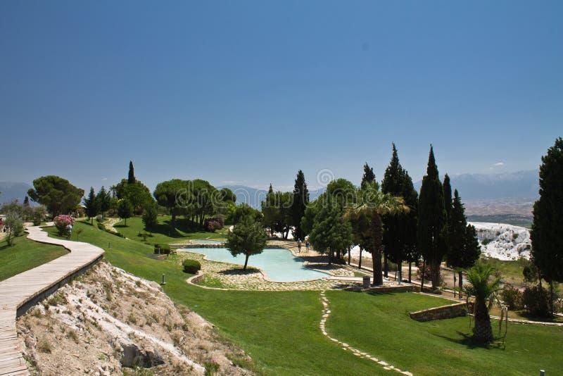 Vista panorámica hermosa de las piscinas calientes naturales de la primavera de la piedra caliza en el parque con los árboles de  fotos de archivo