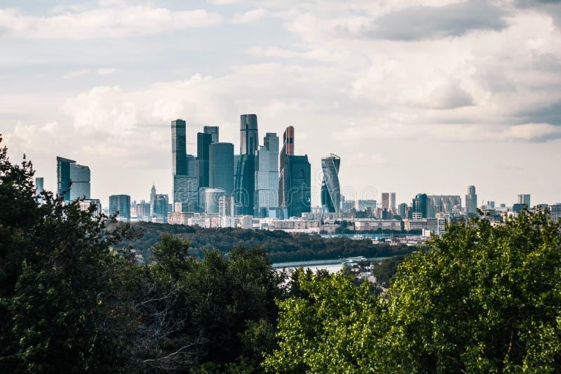 Vista panorámica hermosa del centro de negocios de ciudad de Moscú de las colinas del gorrión Vista superior del centro de ciudad imágenes de archivo libres de regalías