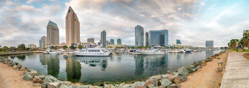 Vista panorámica hermosa del horizonte del puerto y de la ciudad de San Diego en s foto de archivo