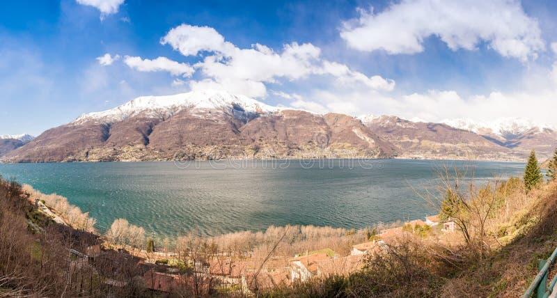 Vista panorámica hermosa del lago Como en un día soleado fotografía de archivo