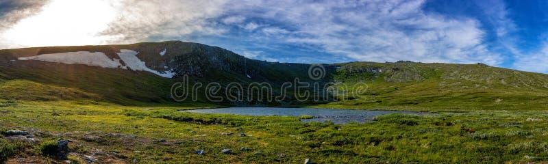 Vista panorámica hermosa del lago en las montañas y el cielo azul con las nubes Lago en las montañas en el septentrional fotos de archivo libres de regalías