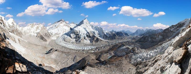 Vista panorámica hermosa del monte Everest, de Lhotse y de Nuptse del campo bajo de Pumo Ri - manera al campo bajo de Everest, va foto de archivo libre de regalías
