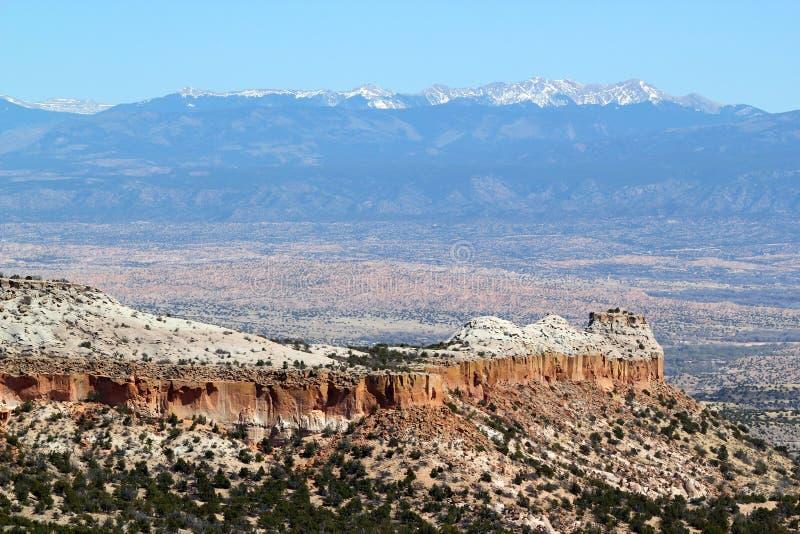 Vista panorámica hermosa del paisaje amplio en el oeste de los E.E.U.U. con los barrancos y las montañas blancas en el fondo foto de archivo