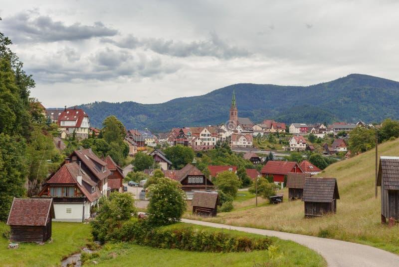 Vista panorámica hermosa del pueblo de montaña Bermersbach foto de archivo libre de regalías