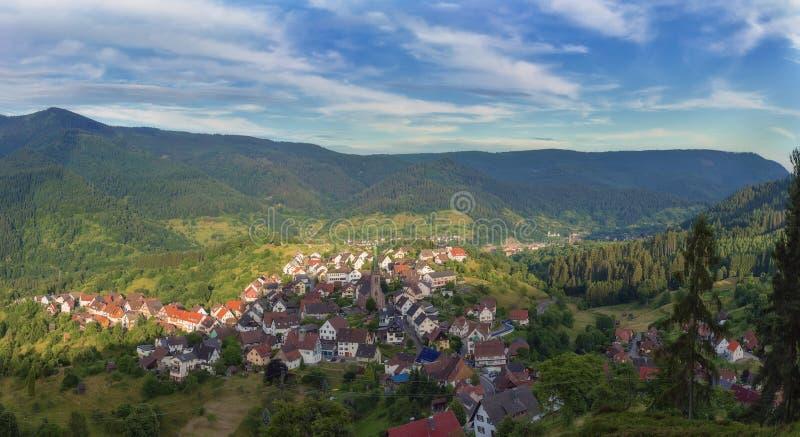 Vista panorámica hermosa del pueblo de montaña Bermersbach imagen de archivo libre de regalías
