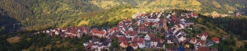 Vista panorámica hermosa del pueblo de montaña Bermersbach imágenes de archivo libres de regalías