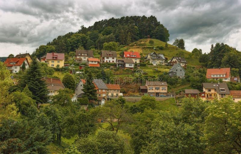 Vista panorámica hermosa del pueblo de montaña Bermersbach alemania fotos de archivo