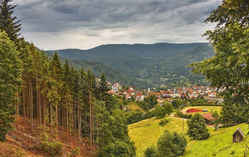 Vista panorámica hermosa del pueblo de montaña Bermersbach alemania imagen de archivo