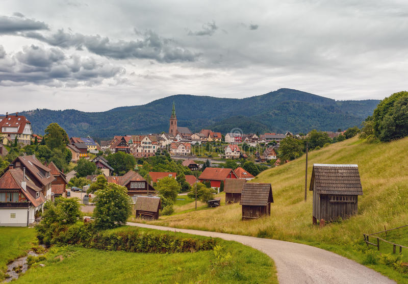 Vista panorámica hermosa del pueblo de montaña Bermersbach alemania foto de archivo libre de regalías