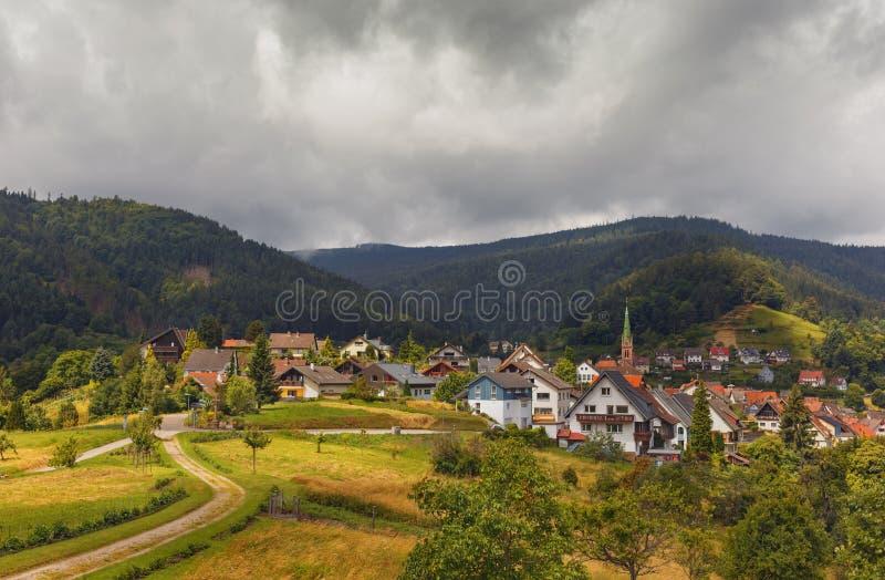 Vista panorámica hermosa del pueblo de montaña Bermersbach alemania imagen de archivo libre de regalías