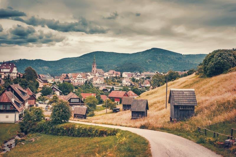 Vista panorámica hermosa del pueblo de montaña Bermersbach alemania Forest Toned negro dramático imágenes de archivo libres de regalías