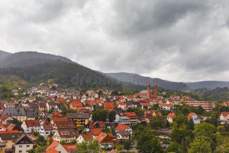 Vista panorámica hermosa del pueblo de montaña Forbach alemania imagen de archivo