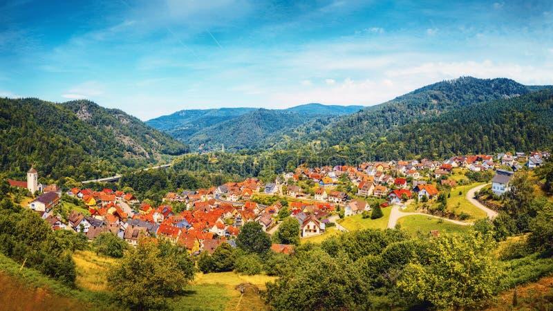 Vista panorámica hermosa del pueblo Langenbrand en las montañas de Schwarzwald Bosque negro Alemania foto de archivo