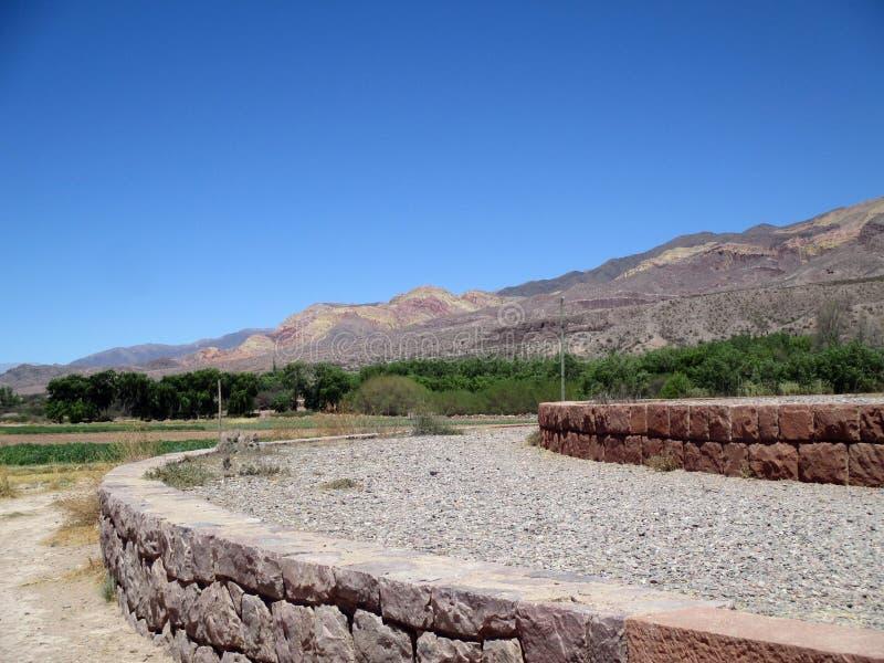 Vista panorámica hermosa del trópico de Quebrada de Humahuaca del Capricornio, Jujuy la Argentina fotos de archivo libres de regalías