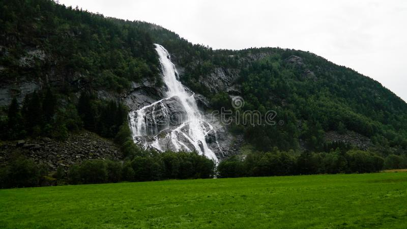 Vista panorámica a la cascada de Vidfossen en el río del gronsdalslona, Odda, Noruega fotografía de archivo