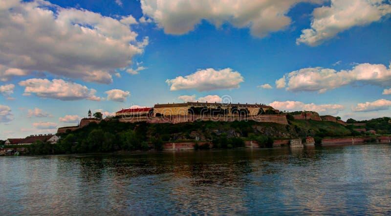Vista panorámica a la fortaleza de Petrovaradin y al río de Danub en Novi Sad, Serbia imagenes de archivo