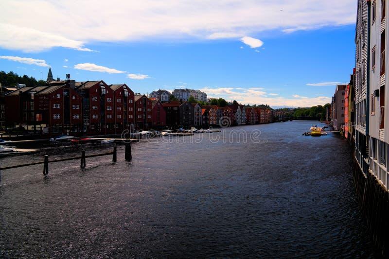 Vista panorámica a las casas del río y del zanco de Nidelva, Strondheim, Noruega fotos de archivo