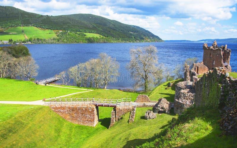Vista panorámica a las ruinas del castillo de Urquhart en Loch Ness fotografía de archivo
