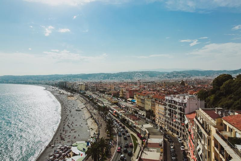 Vista panorámica Niza de la costa costa y de la playa con el cielo azul, Francia imagenes de archivo