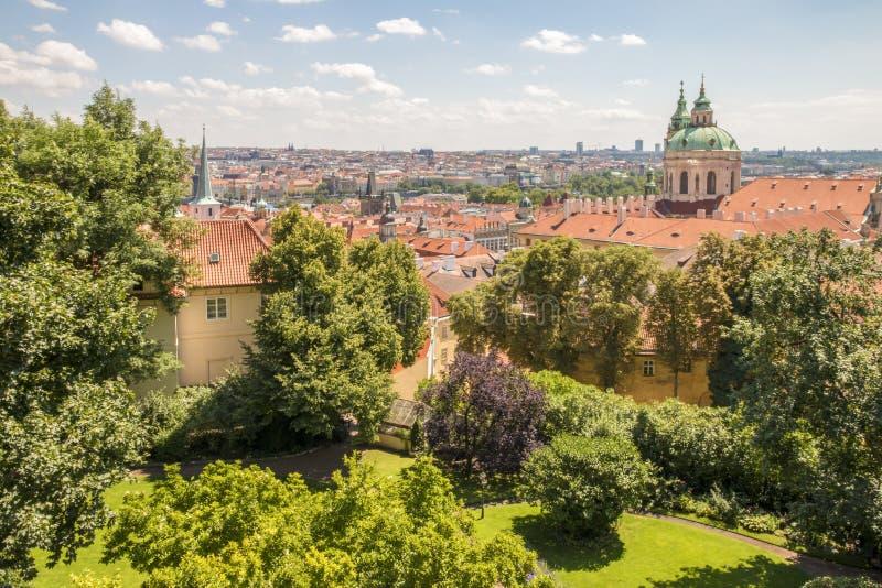 Vista panorámica a Praga con la iglesia de San Nicolás imagen de archivo libre de regalías